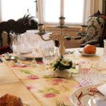 Hauts-de-France Pas de Calais Chateau de Moulin le Compte B&B gedekte tafel met kandelaar stijlvol