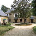 Centre-Val de Loire Indre Le Prieure accommodatie binnenplaats met oude boom