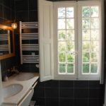 Nouvelle Aquitaine Vienne B&B badkamer met dubbele wasbakken bij chateau de Jalnay