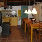 Bretagne Cote d'Armor woonkeuken met haard sfeervol authentiek vakantieverblijf