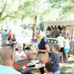 Auvergne Rhone-Alpes Allier camping trezelles groep mensen foodtruck eten