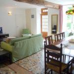 Allier Auvergne Rhone-Alpes vakantieverblijf woonkamer met bank en eethoek