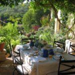 Gard Occitaine eettafel terras met uitzicht