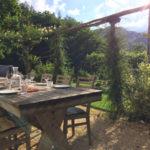 La Grange de Fabras chambres dhotes eettafel in tuin